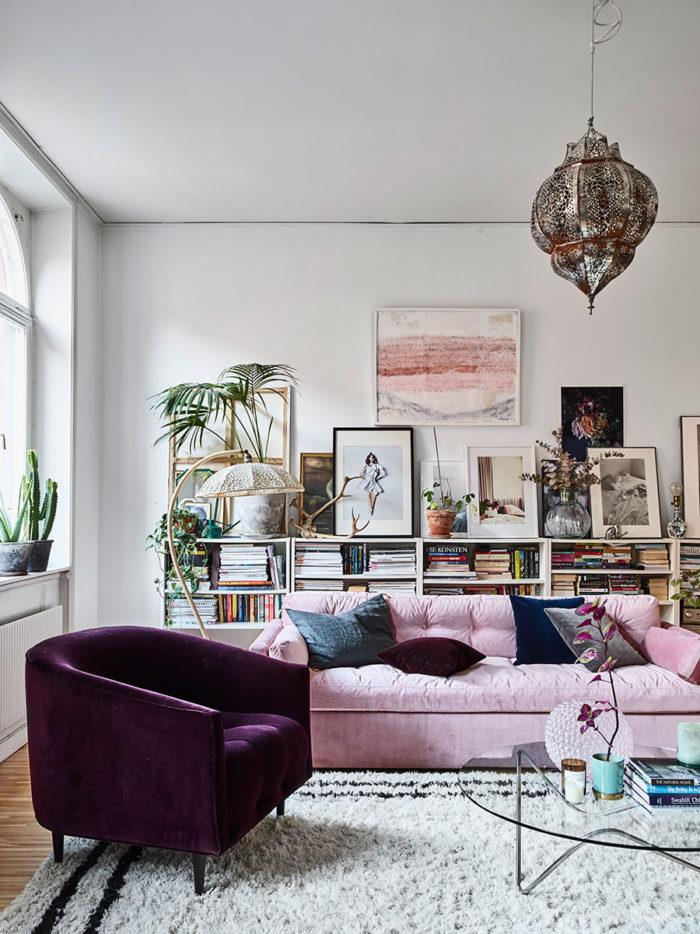 Un salon à la jolie déco bohème avec ce canapé en velours rose poudré