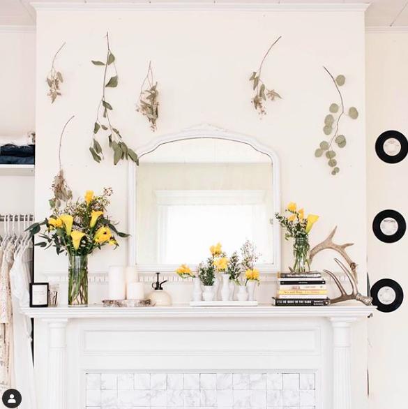 Accrocher des fleurs séchées aux murs