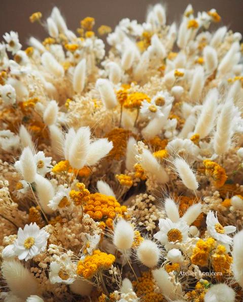 Un bouquet de fleurs séchées aux couleurs automnales