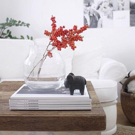 Un bouquet de baies rouges sur la table du salon
