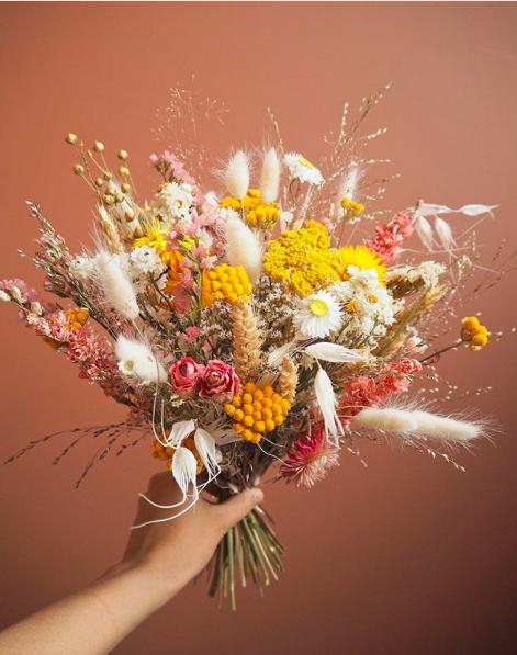 Un bouquet champêtre de fleurs séchées