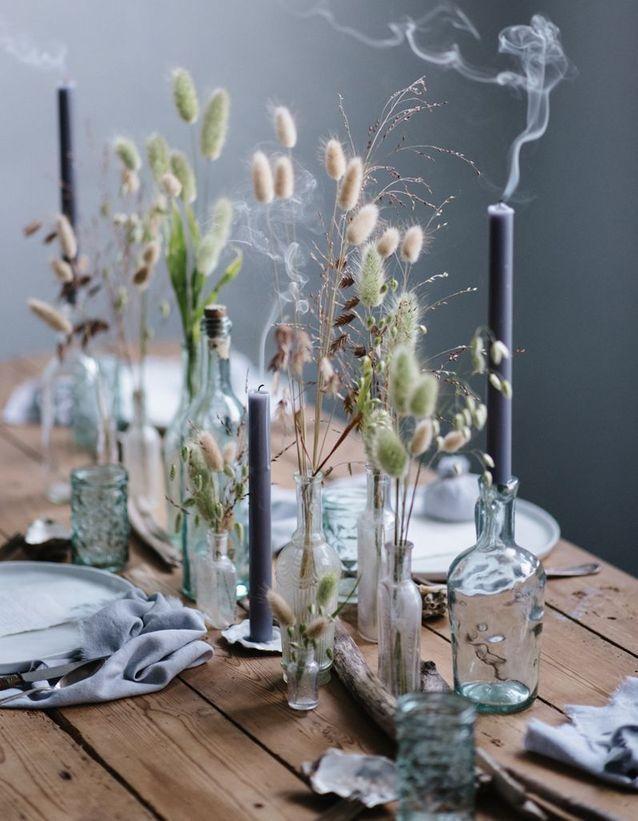 Des fleurs et herbes séchées en déco de centre de table