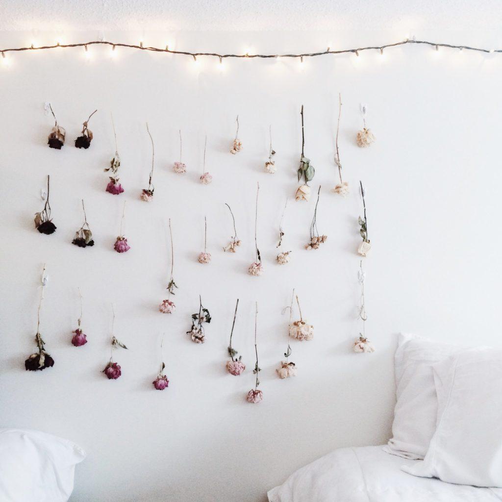 Une guirlande de roses séchées pour décorer sa chambre