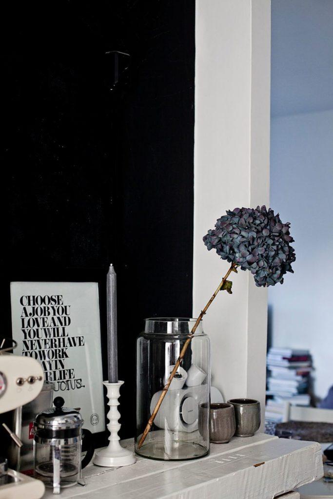 Un hortensia séché en soliflore dans une bonbonne en verre